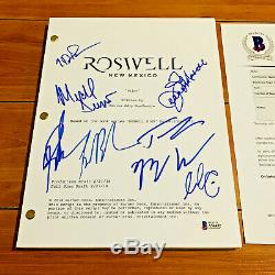 ROSWELL NEW MEXICO SIGNED PILOT SCRIPT BY 8 CAST with BECKETT COA JEANINE MASON